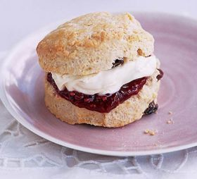 Scones con Clotted cream e confettura