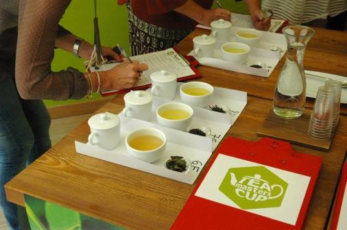 Si assaggiano i tè e si prende nota