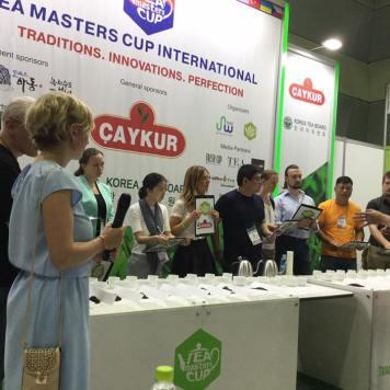 I concorrenti della gara di degustazione tè