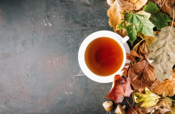 tazza-di-te-e-mucchio-di-foglie