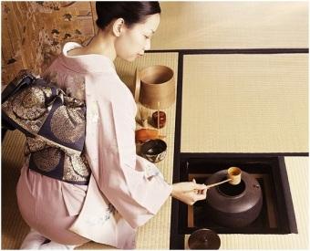 Matcha Figura 3 Una donna mentre esegue il Cha no yu