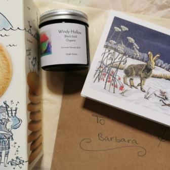 il tè, la cartolina e i biscotti ricevuti da Monika